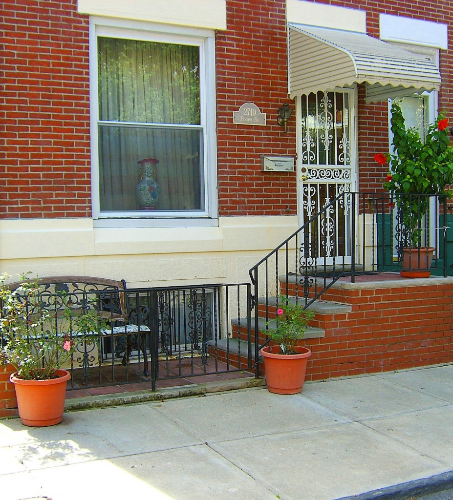 City Gated Front Patio With Bench & Planters