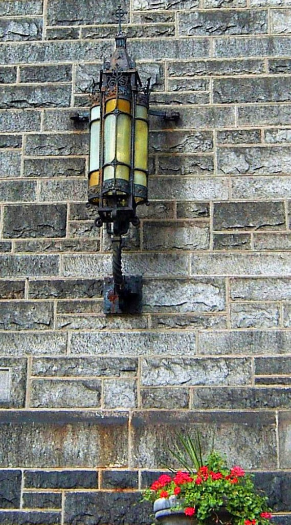 ANTIQUE IRON WALL LAMP