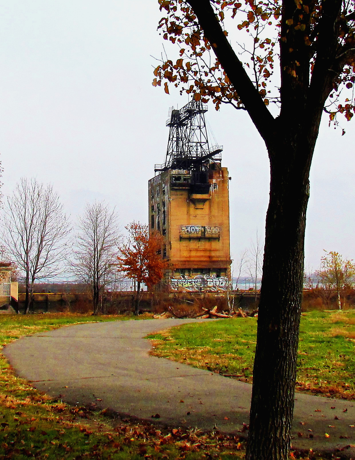 Penn-Treaty-Park-Delaware-River-Trail-Toward-Old-PECO-Coal-Tower